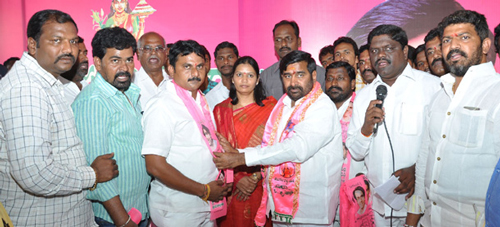 Jagadish-reddy-inviting-other-party-leaders-in-to-TRS-party